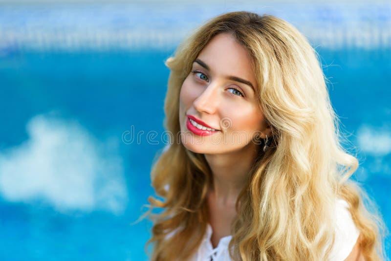 Het gelukkige jonge vrouw glimlachen royalty-vrije stock foto