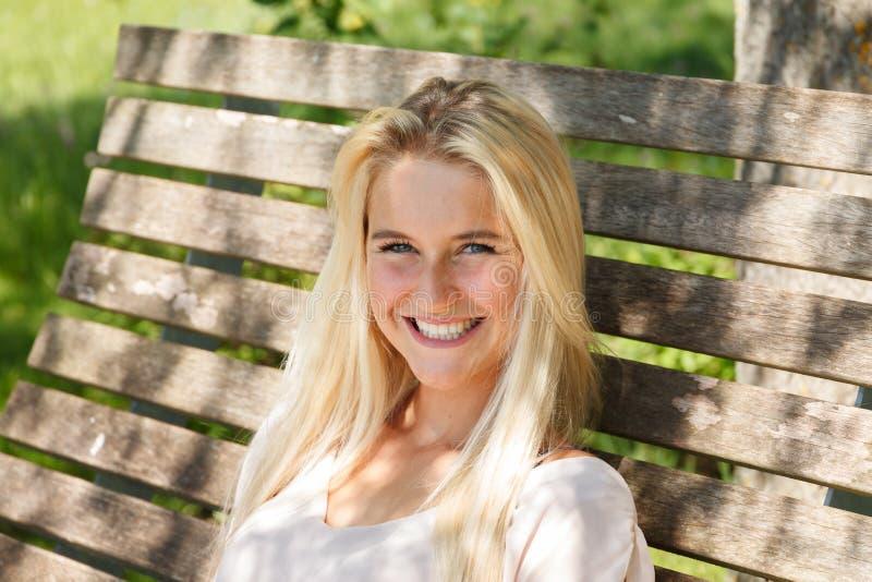 Het gelukkige jonge vrouw openlucht glimlachen aan camera - zomer stock foto's
