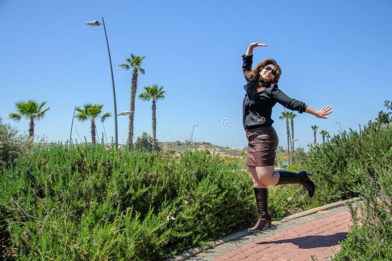Het gelukkige jonge vrouw springen royalty-vrije stock foto
