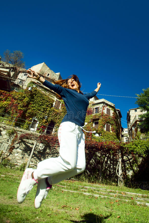 Het gelukkige jonge vrouw springen royalty-vrije stock fotografie