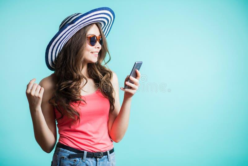 Het gelukkige jonge vrouw texting op smartphone Technologie, mededeling royalty-vrije stock afbeeldingen