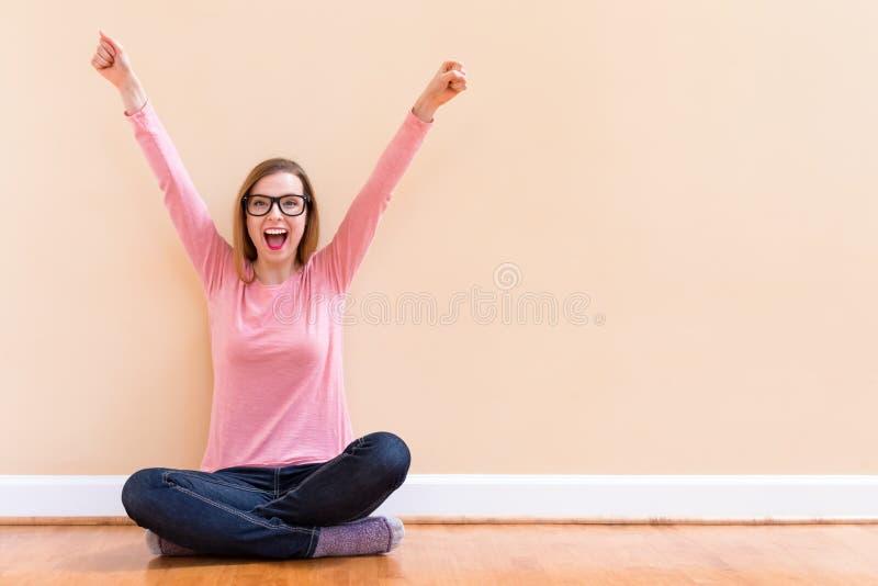 Het gelukkige jonge vrouw toejuichen stock fotografie