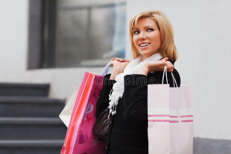 Het gelukkige jonge vrouw winkelen stock foto's