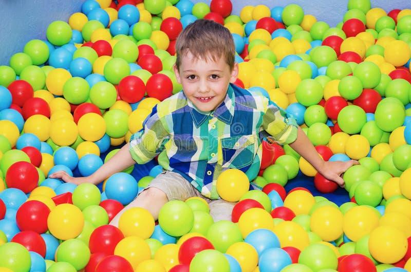 Het gelukkige jongen spelen in de droge pool royalty-vrije stock afbeeldingen
