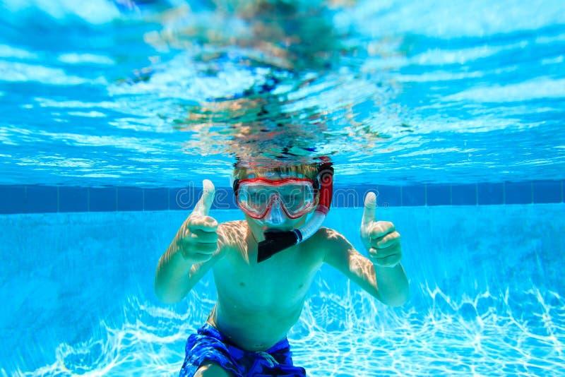 Het gelukkige jongen zwemmen onderwater met omhoog duimen royalty-vrije stock afbeelding