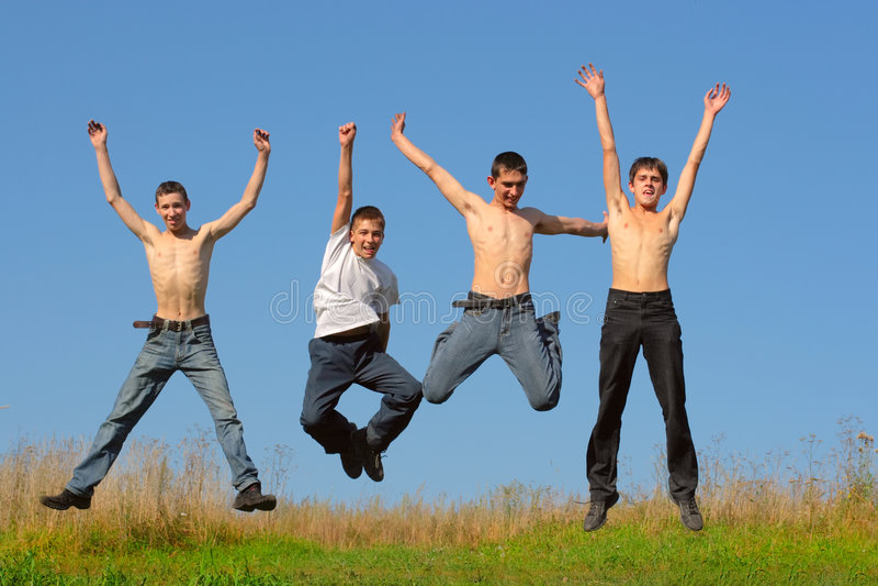 Het gelukkige jongens springen royalty-vrije stock foto's