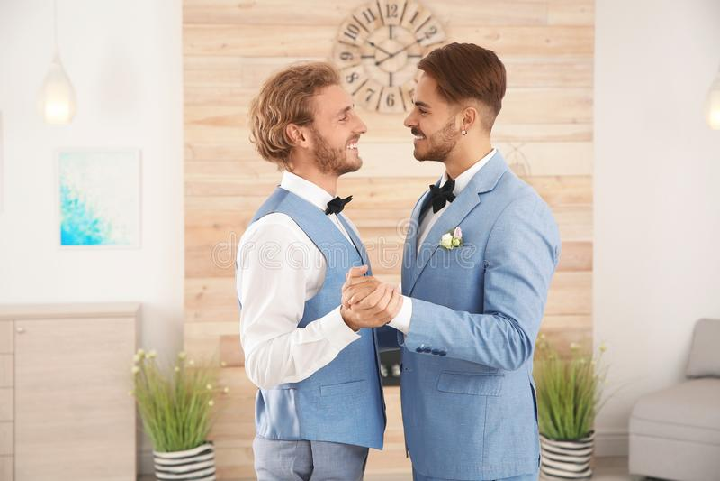 Het gelukkige jonggehuwde vrolijke paar dansen royalty-vrije stock fotografie