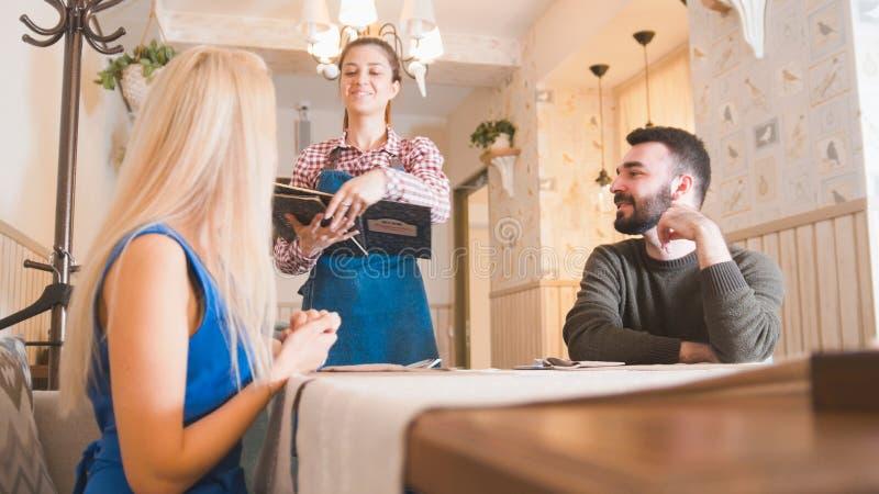 Het gelukkige Kaukasische paar neemt het menu bij de koffie stock foto's