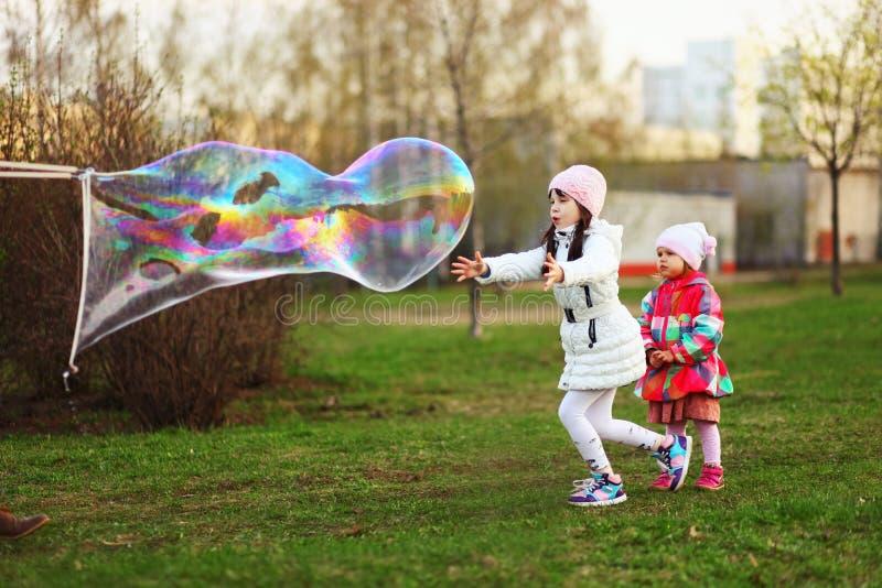 Het gelukkige kind stock afbeeldingen
