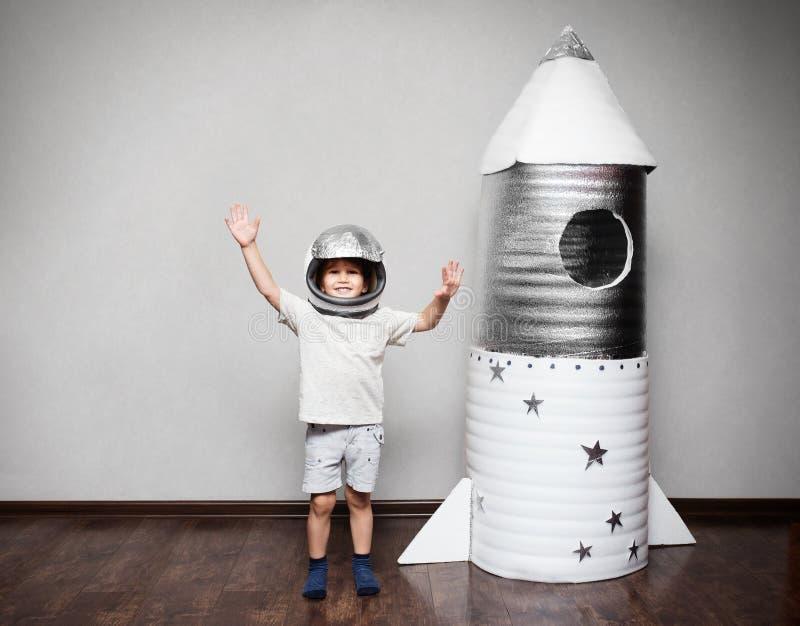 Het gelukkige kind kleedde zich in een astronautenkostuum stock afbeeldingen