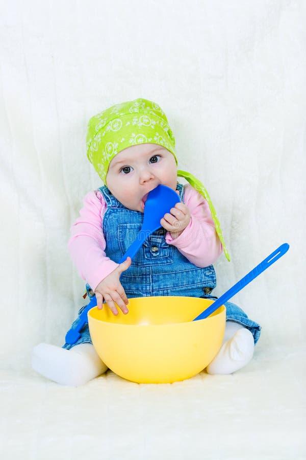 Het gelukkige kind koken stock afbeeldingen