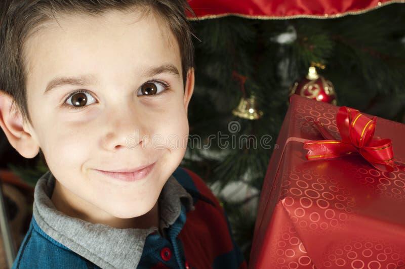 Het gelukkige kind ontvangt de gift van Kerstmis stock afbeeldingen
