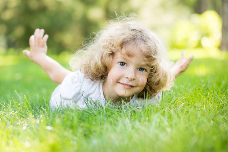 Het gelukkige kind spelen stock afbeelding