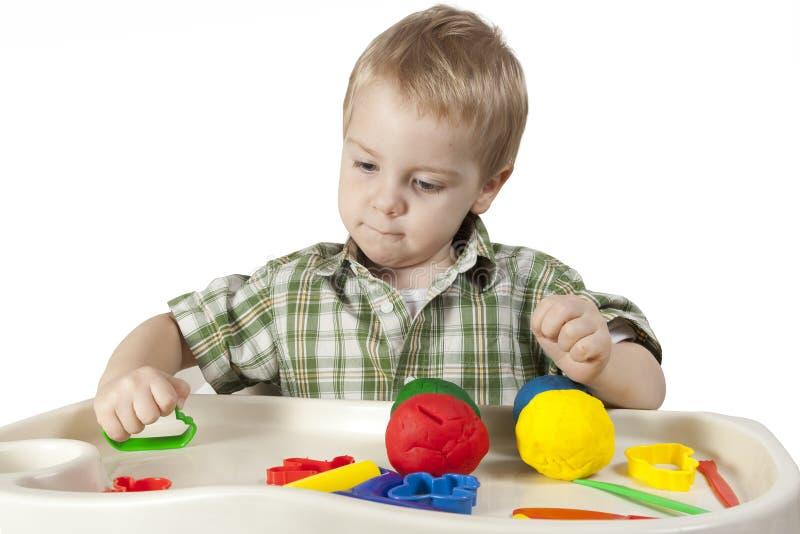 Het gelukkige kind spelen met plasticine royalty-vrije stock foto's