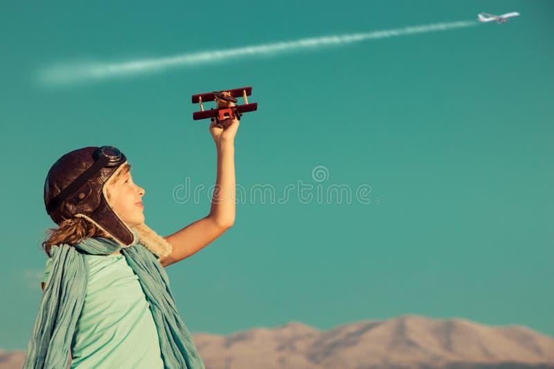 Het gelukkige kind spelen met stuk speelgoed vliegtuig royalty-vrije stock afbeelding