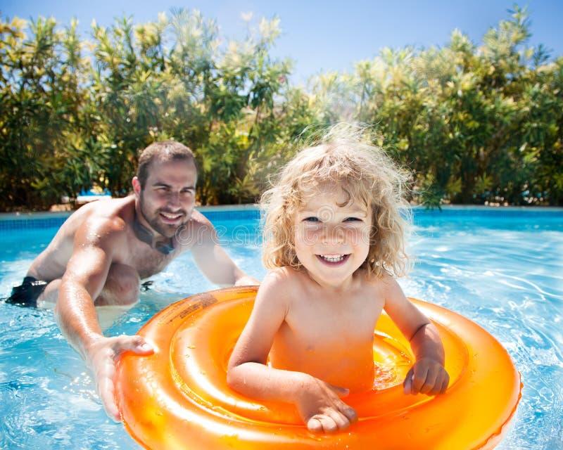 Het gelukkige kind spelen met vader stock afbeelding