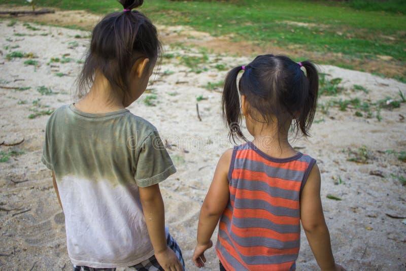 Het gelukkige kind spelen met zand, Grappige Aziatische familie in een park stock afbeelding