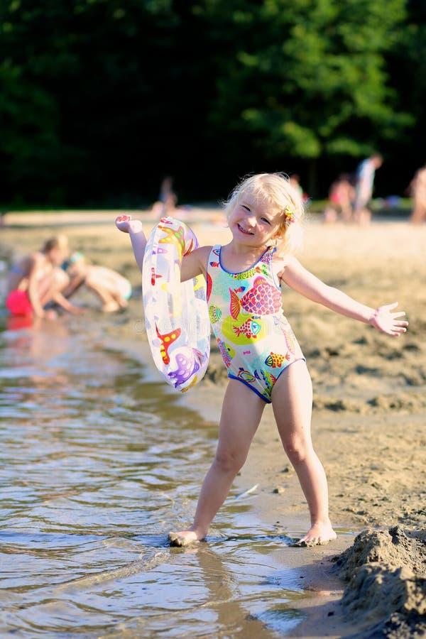 Het gelukkige kind spelen op het strand royalty-vrije stock afbeelding