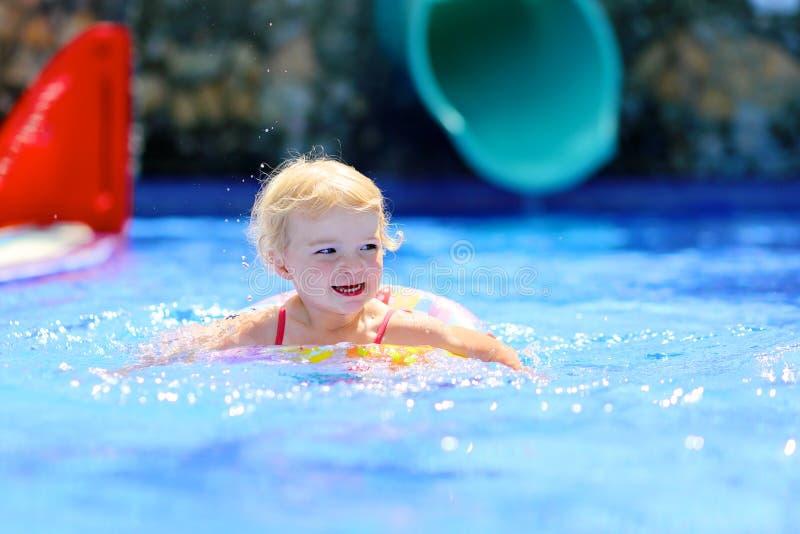 Het gelukkige kind spelen in zwembad royalty-vrije stock afbeelding