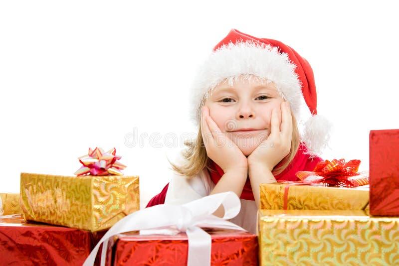 Het gelukkige kind van Kerstmis met giften in de dozen stock foto