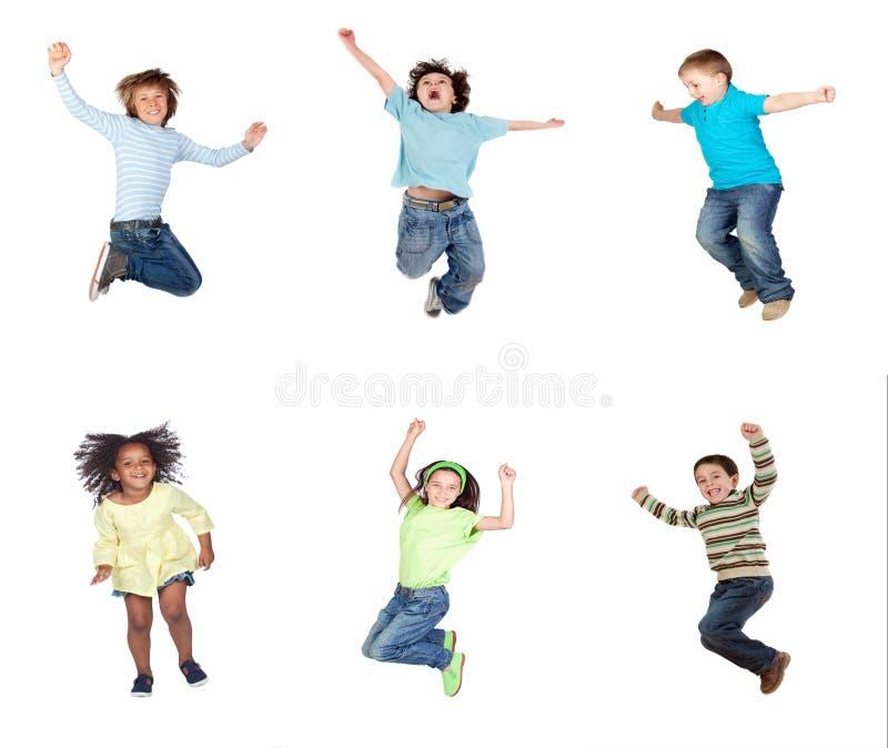 Het gelukkige kinderen springen stock afbeeldingen