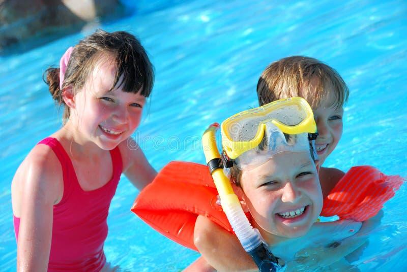 Het gelukkige kinderen zwemmen royalty-vrije stock afbeelding