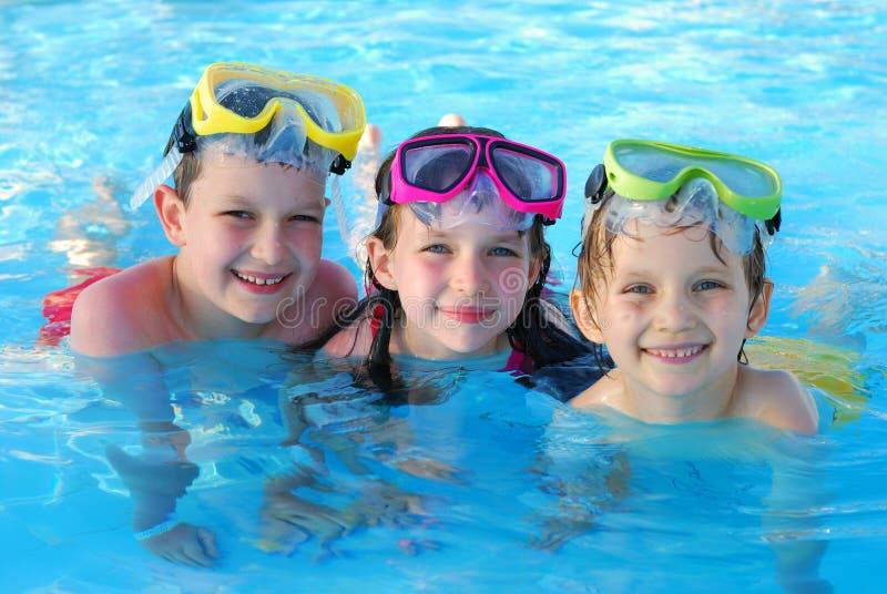 Het gelukkige kinderen zwemmen royalty-vrije stock fotografie