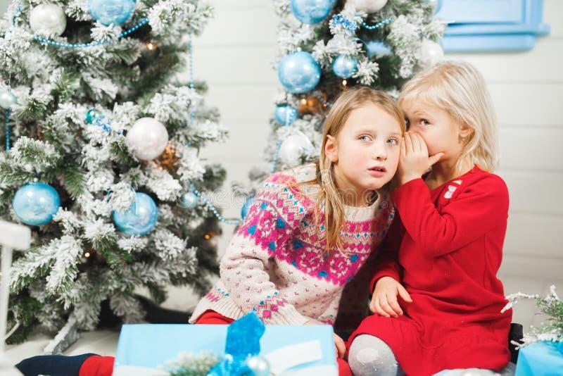 Het gelukkige kleine jonge geitjes openen stelt op Kerstmisvooravond voor stock afbeelding