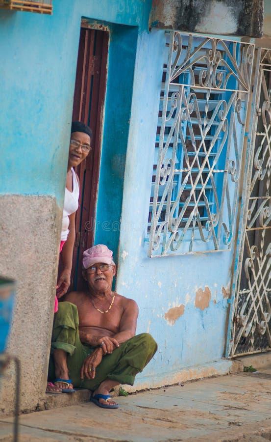 Het gelukkige Koloniale Caraïbische oude paar van stadsmensen met klassiek huis en muur in Trinidad, Cuba, Amerika royalty-vrije stock afbeeldingen