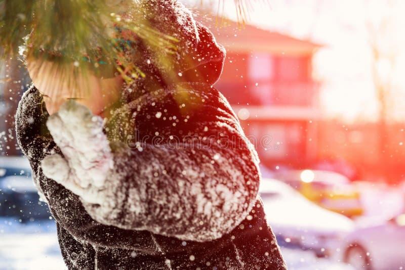 Het gelukkige lachende meisje die het spelen dragen en in een mooie sneeuw zachte scherpte van het de winterpark, nadrukjonge gei stock fotografie