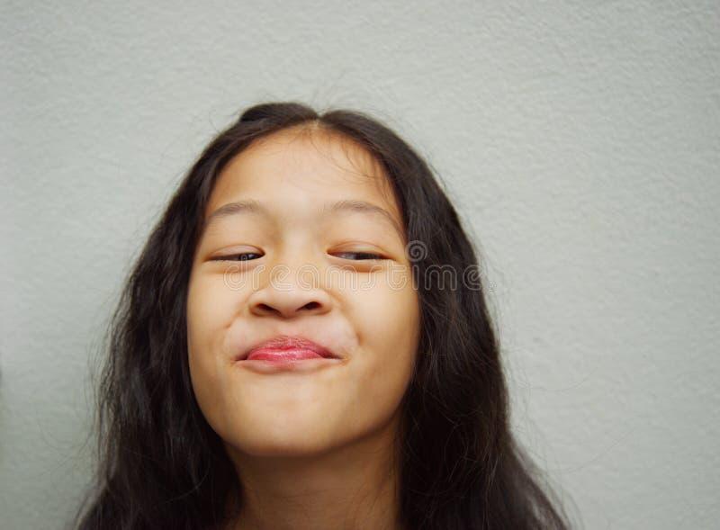 Het gelukkige lange meisje van haarazië stock foto's