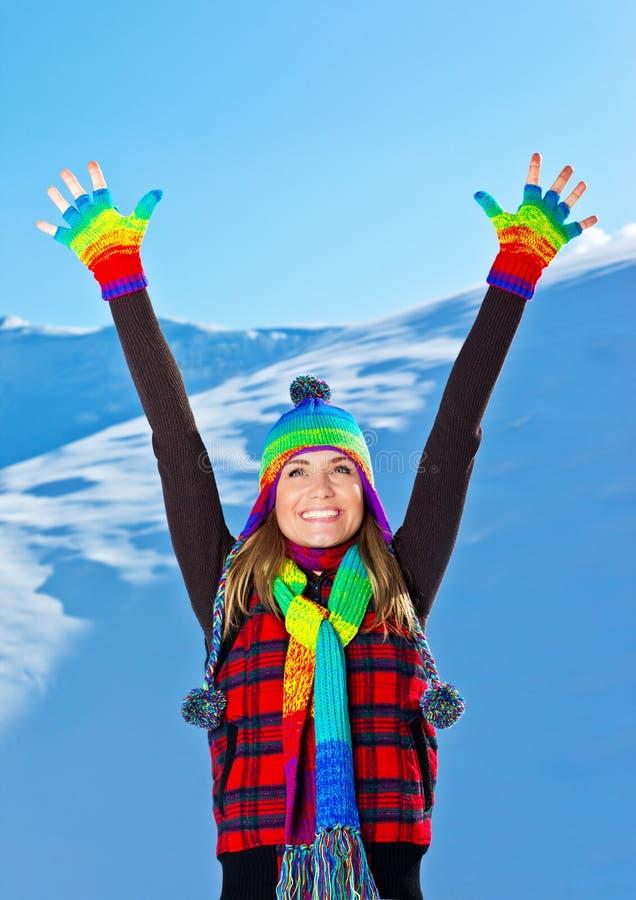 Het gelukkige leuke meisje spelen in sneeuw, de winter van Kerstmis royalty-vrije stock afbeeldingen