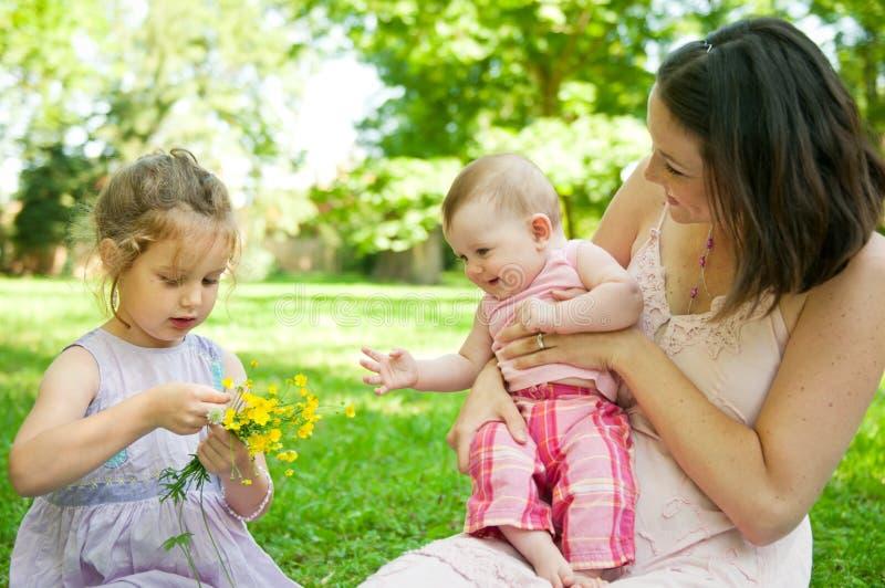 Het gelukkige leven - moeder met kinderen stock foto's