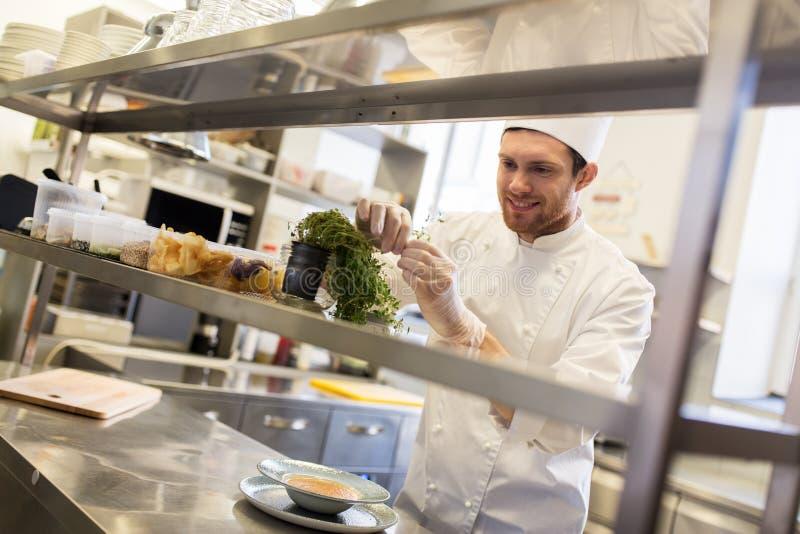 Het gelukkige mannelijke chef-kok koken bij restaurantkeuken stock fotografie