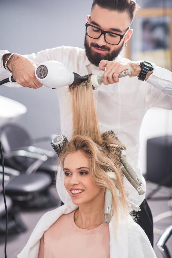 Het gelukkige meisje bekijkt de spiegel royalty-vrije stock foto