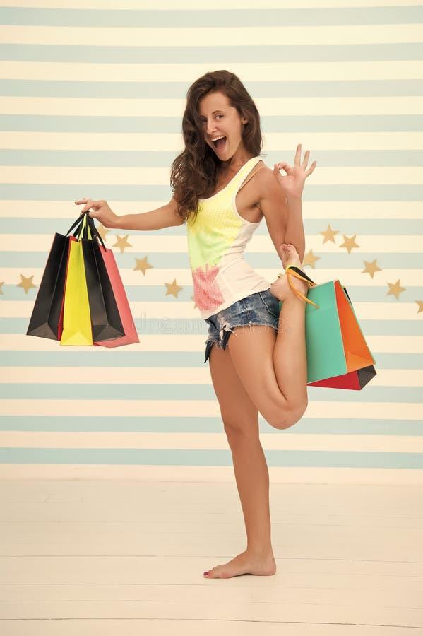 Het gelukkige meisje draagt het winkelen zakken Beste kortingen en promocodes het gelukkige meisje gaat winkelend op zwarte vrijd stock foto's