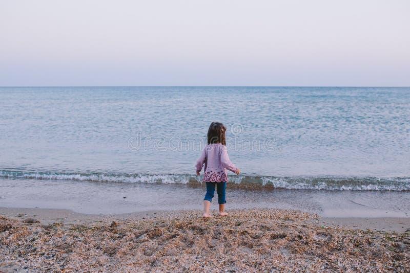 Het gelukkige meisje gaat naar het overzees stock afbeeldingen