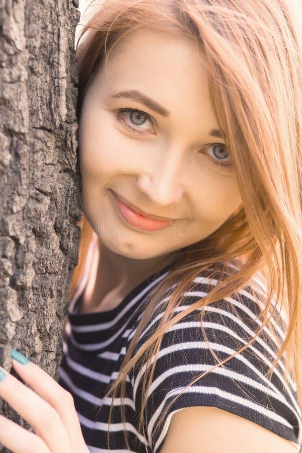 Het gelukkige meisje glimlachen royalty-vrije stock foto's