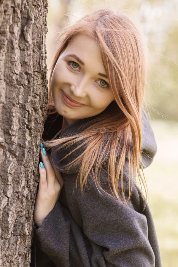 Het gelukkige meisje glimlachen stock foto