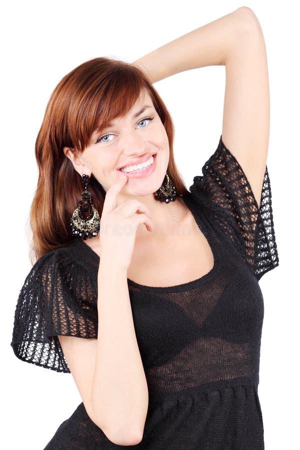 Het gelukkige meisje glimlacht en raakt haar kin royalty-vrije stock afbeeldingen