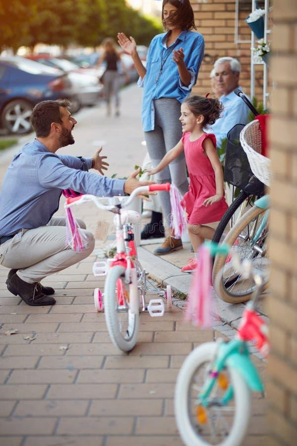 Het gelukkige meisje heeft een nieuwe fiets royalty-vrije stock afbeelding