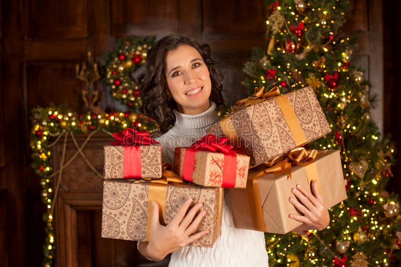 Het gelukkige meisje houdt vele Kerstmisgiften stock fotografie