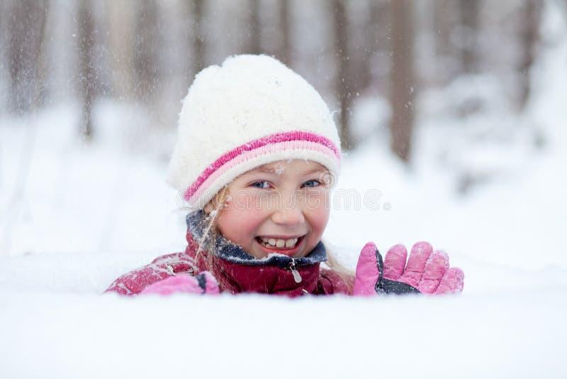Het gelukkige meisje kijkt uit sneeuwbank royalty-vrije stock foto's