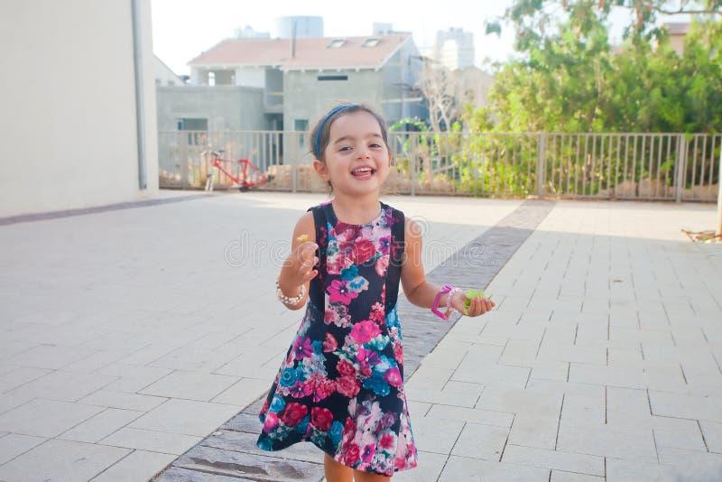 Het gelukkige meisje lopen stock afbeeldingen