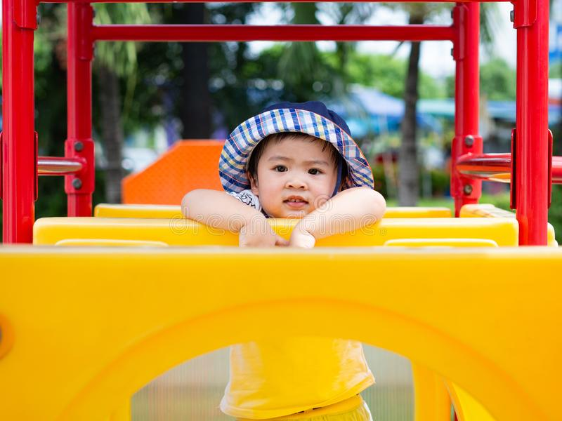Het gelukkige meisje spelen bij de speelplaats Gelukkige kinderen, FA stock foto's