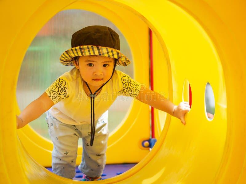 Het gelukkige meisje spelen bij de speelplaats Gelukkige kinderen, FA stock foto
