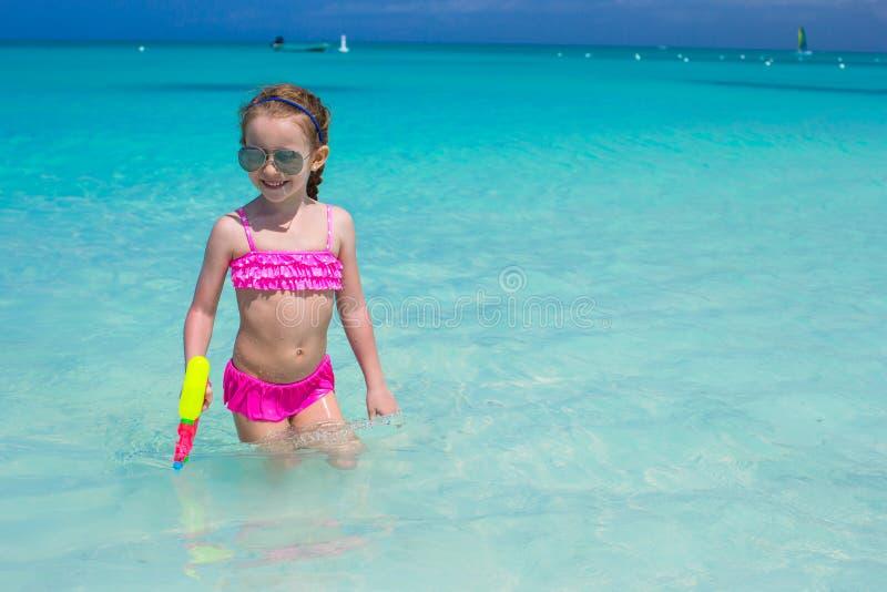 Het gelukkige meisje spelen met speelgoed tijdens royalty-vrije stock fotografie