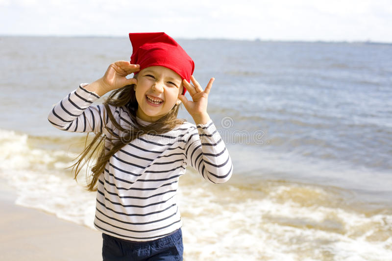 Het gelukkige meisje spelen op het strand stock afbeeldingen