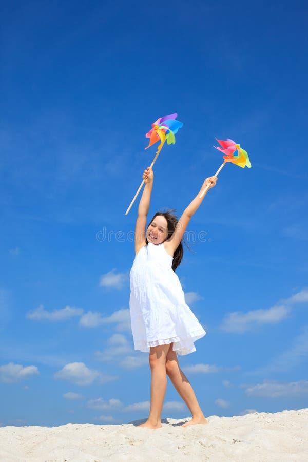 Het gelukkige meisje spelen op strand royalty-vrije stock afbeeldingen