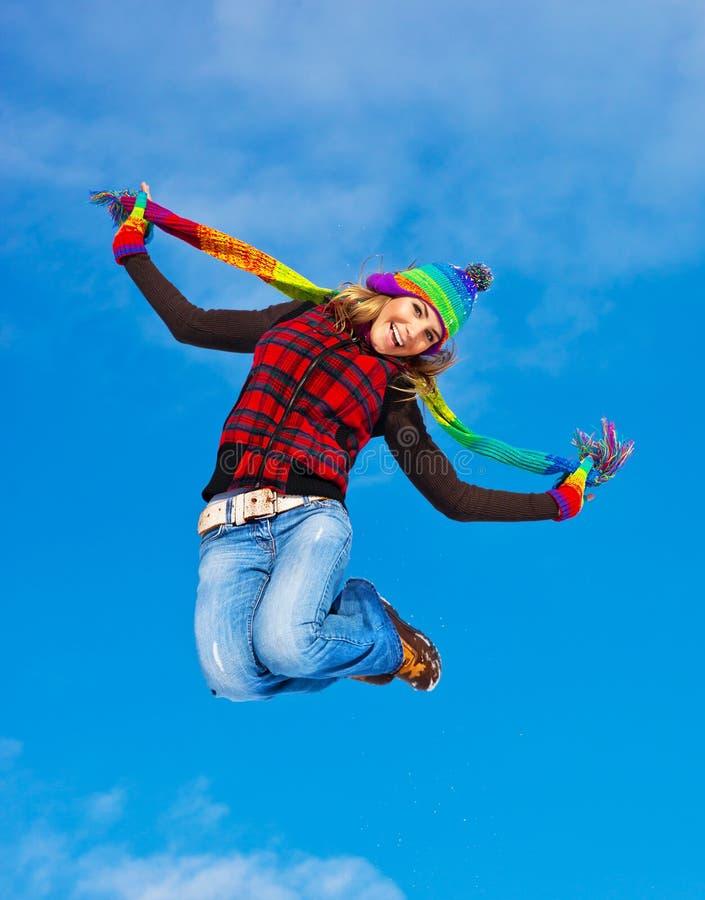 Het gelukkige meisje springen royalty-vrije stock fotografie
